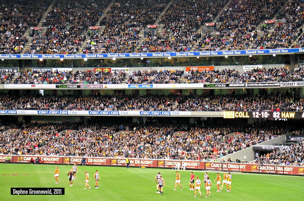 Aussie Rules in the Melbourne Cricket Ground, the largest stadium on the Souther Hermisphere | via It's Travel O'Clock