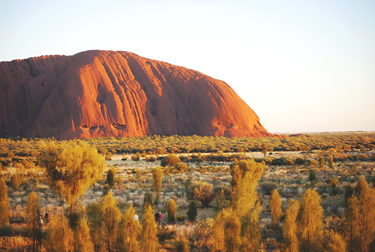 Zonsopkomst bij de legendarische Ayers Rock in the Outback van Australië | via It's Travel O'Clock